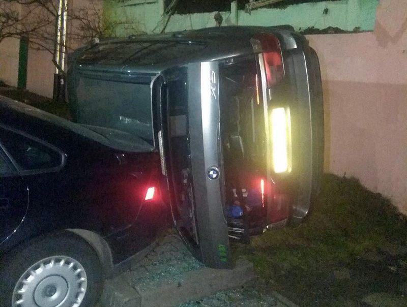 В Минске BMW свалился с одной парковки на другую