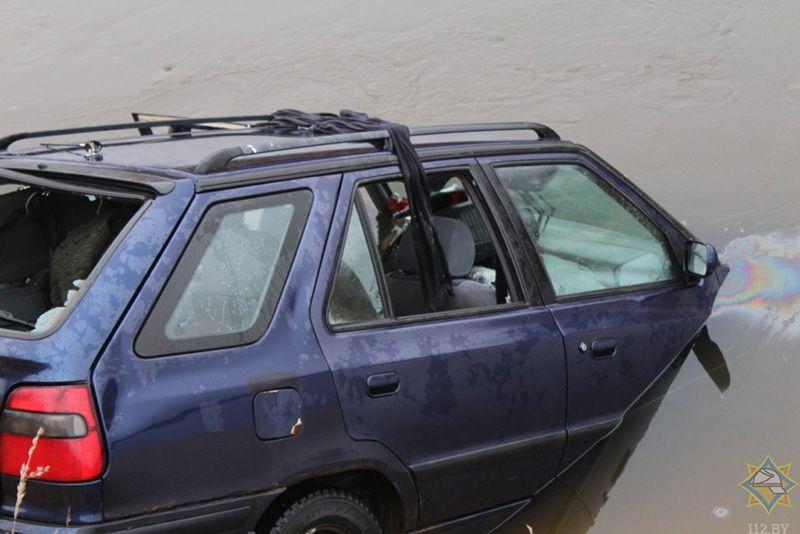 В Глуске легковушка упала в реку. Погибло 2 человека