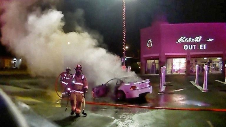 В США пьяный мужчина устроил дрифт на парковке и поджег зарядную станцию Tesla