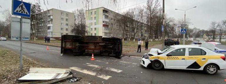 В Гомеле такси врезалось в грузовик