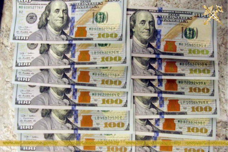 Таможенники обнаружили 1200 долларов США