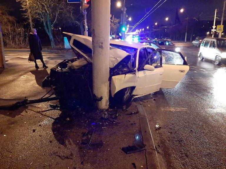 Audi врезался в осветительную мачту
