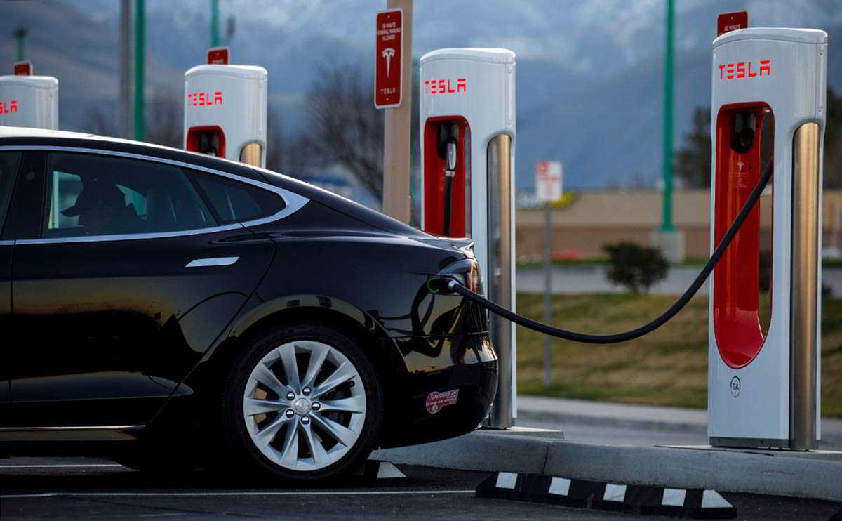 Tesla снова удаленно отключает автомобили