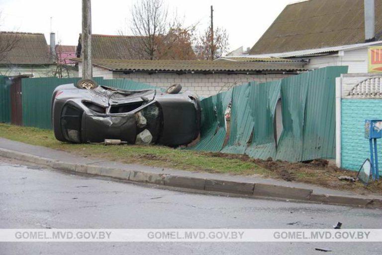 В Гомеле Hyundai столкнулся с Citroen, врезался в забор и опрокинулся
