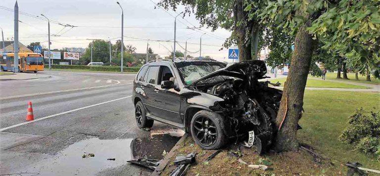 BMW врезался в дерево