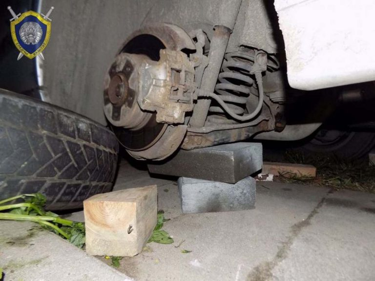 автомобиль упал с домкрата