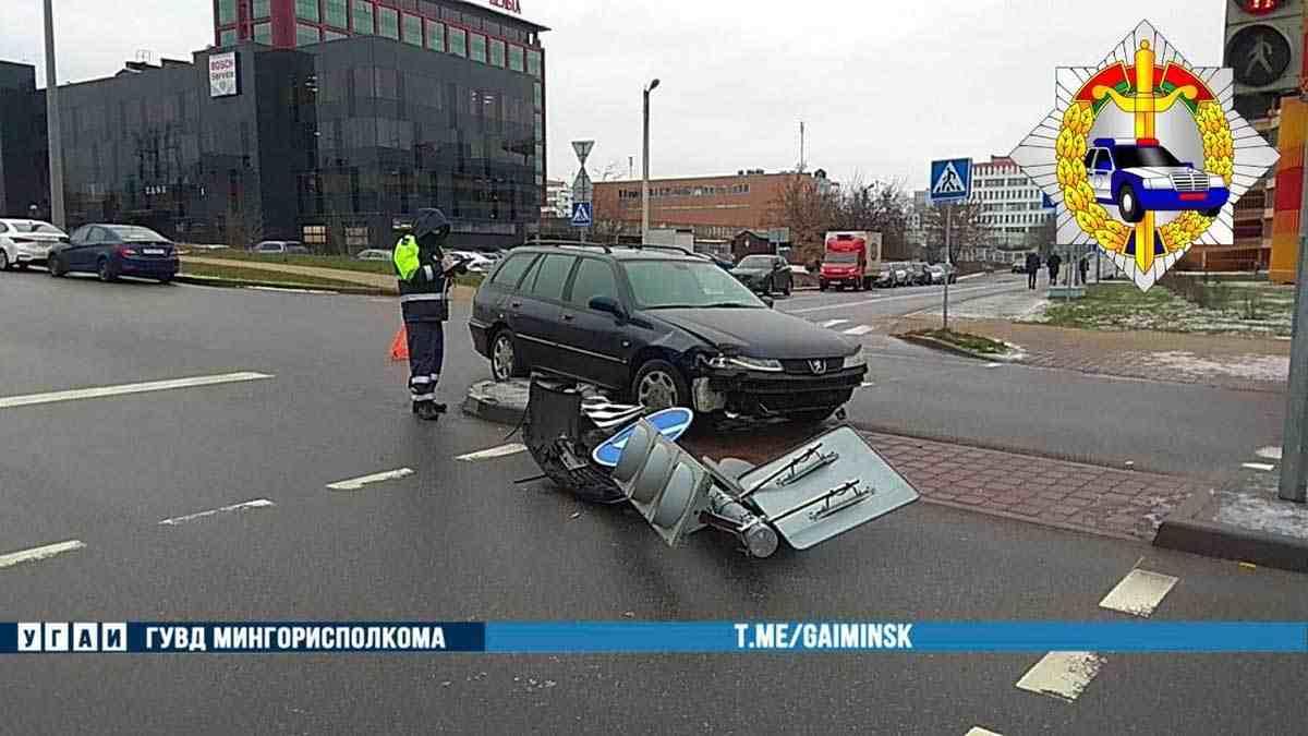 водитель протаранил светофор