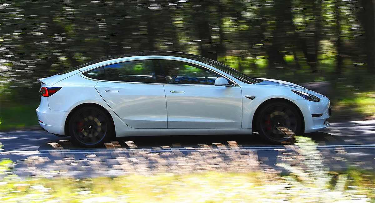 Tesla Model 3 vs Polestar 2: высокое напряжение