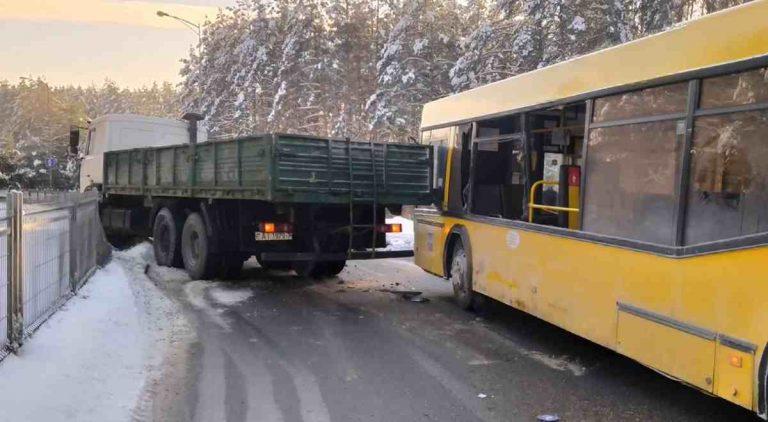 столкновение грузовика и автобуса