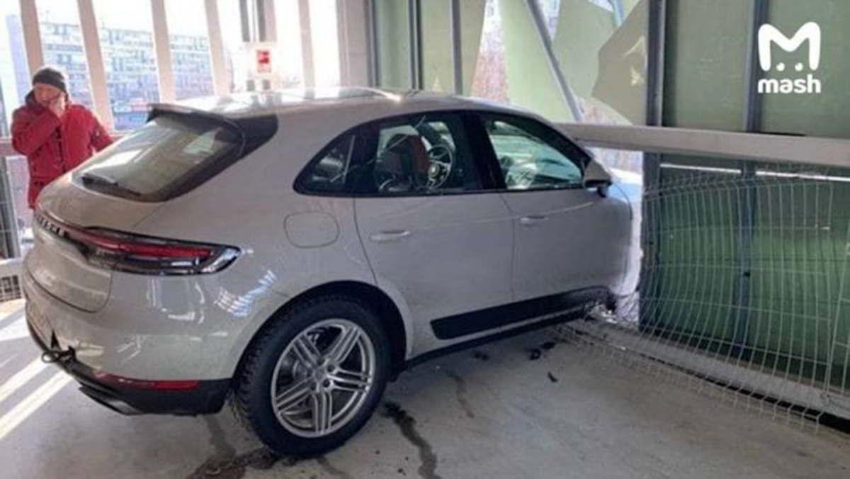 Porsche пробил стену парковки