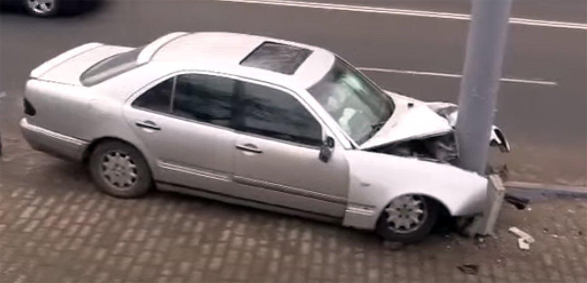 Mercedes врезался в световую опору