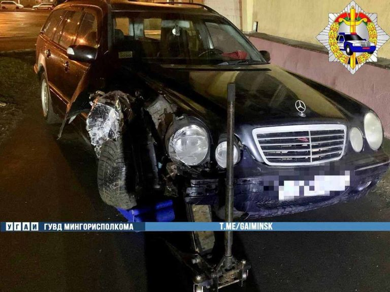 Mercedes снес столб