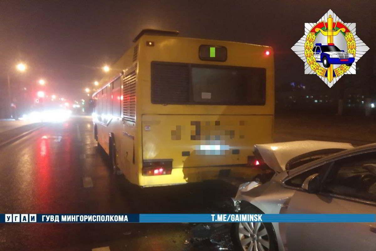 Opel врезался в автобус
