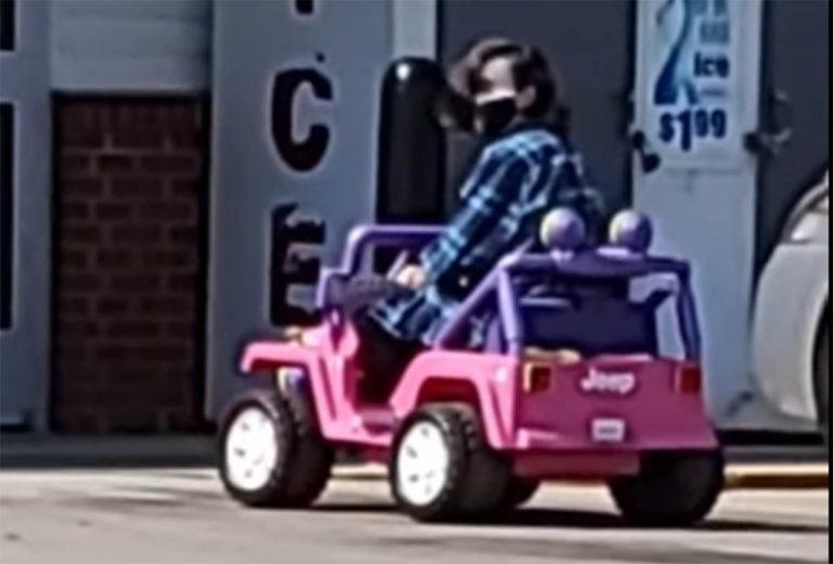 женщина на детском автомобиле