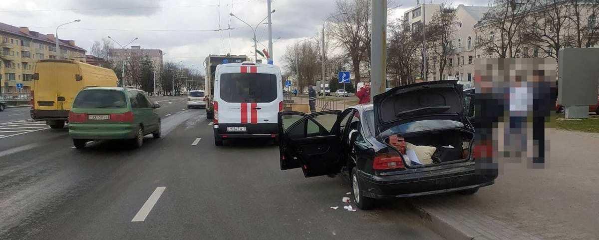 BMW врезался в столб
