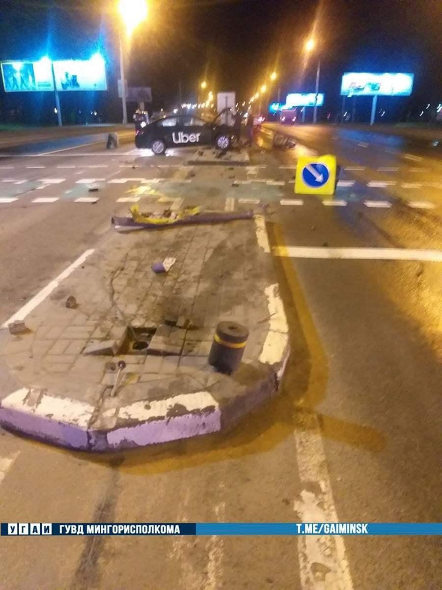 Таксист снес светофор