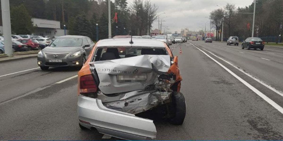 Грузовик врезался в каршеринговый авто