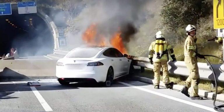 горит Tesla