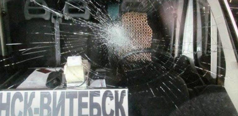 хулиган разбил лобовое стекло