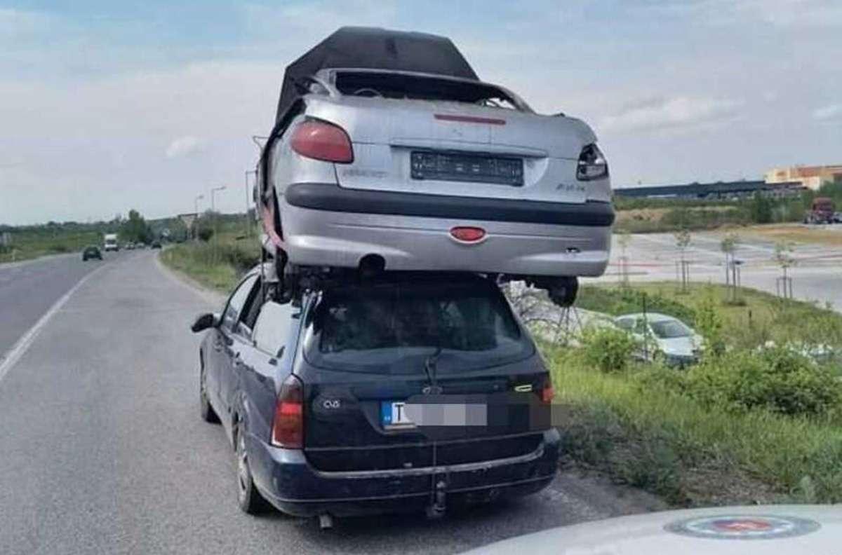 водитель Ford перевозил на крыше Peugeot