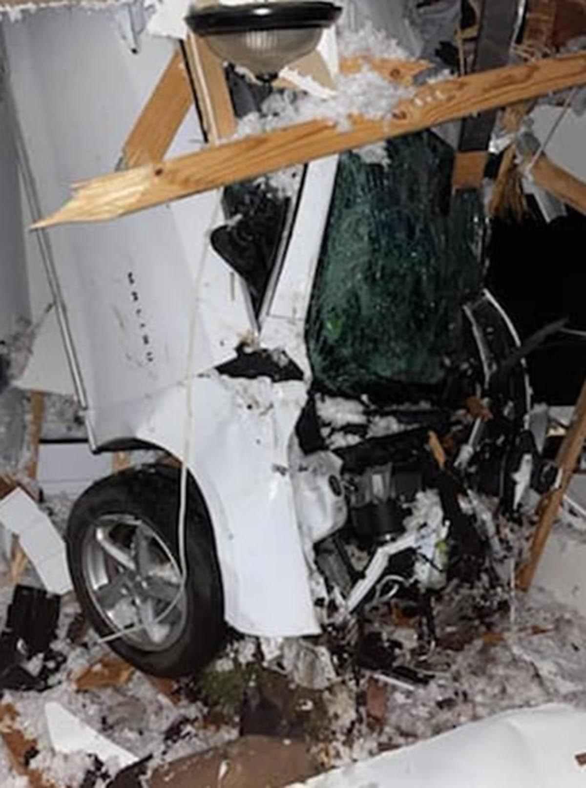 Chevrolet влетел в крышу дома