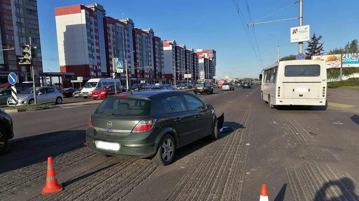 Opel столкнулся с автобусом