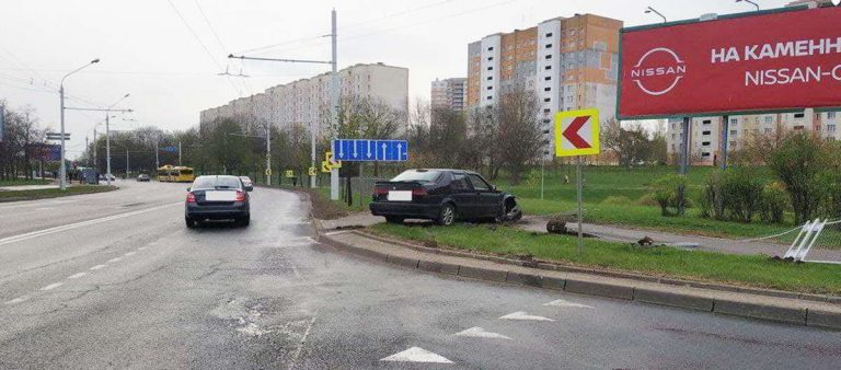 Saab протаранил ограждение