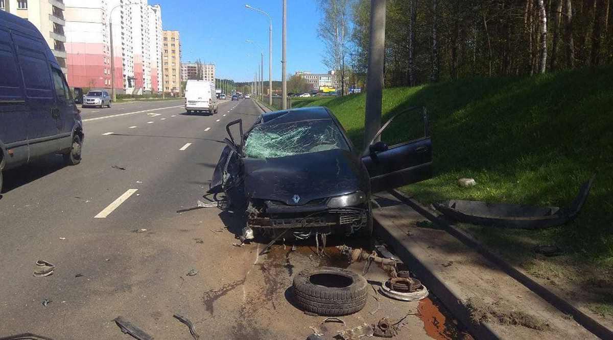 Renault врезался в столб на Ваупшасова