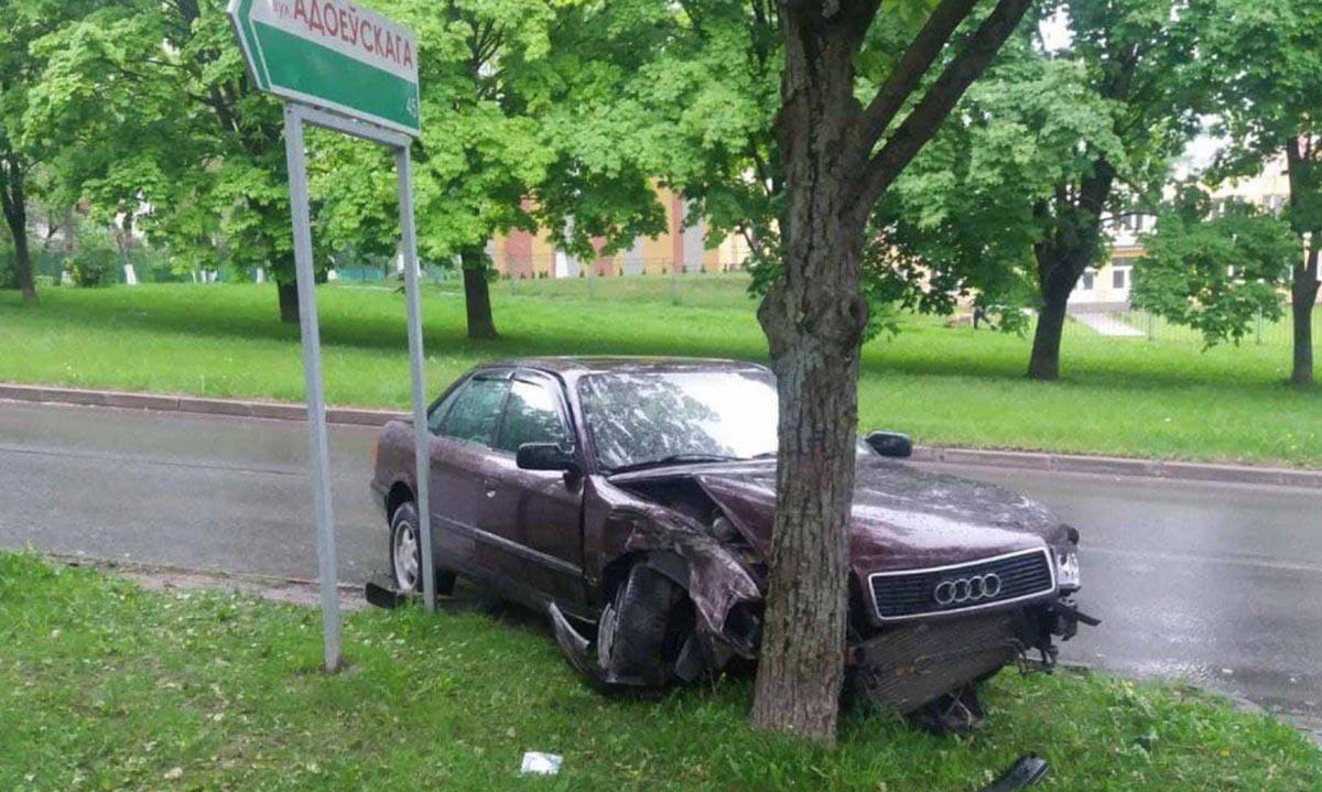 Audi врезался в дерево на Пушкина