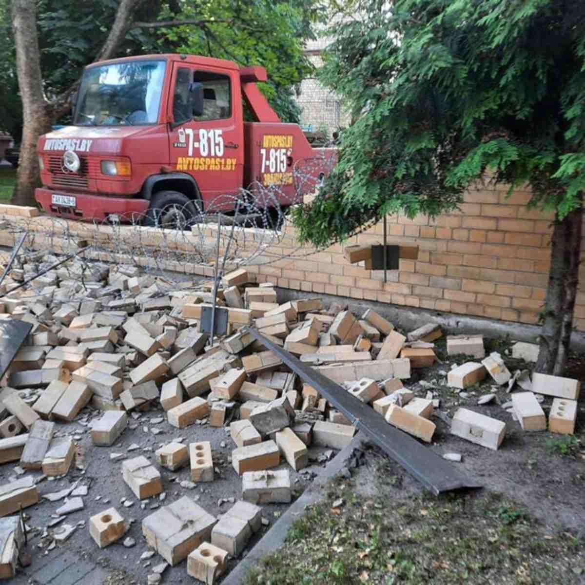 В Минске эвакуатор въехал в кирпичный забор