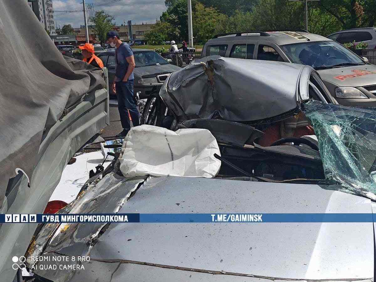 Volkswagen протаранил авто дорожников