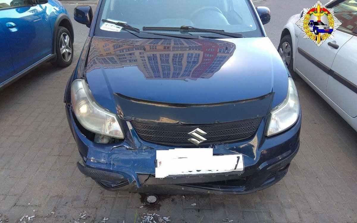 Opel врезался в остановку