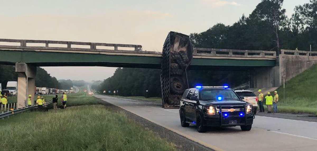 Грузовик протаранил мост в США