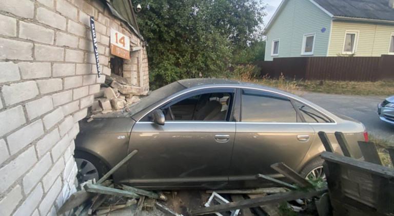 Audi врезался в дом