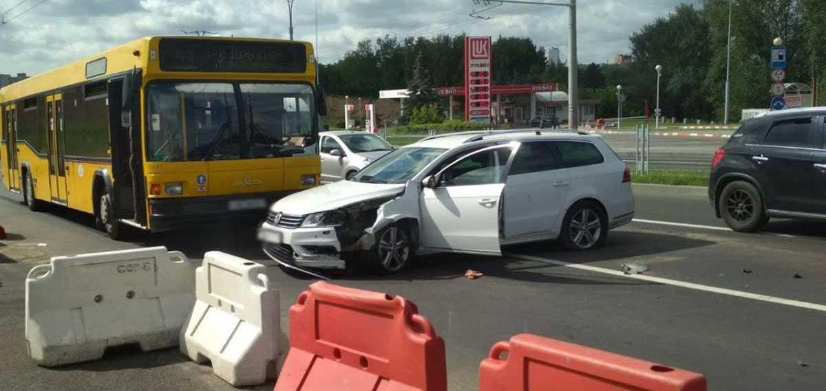 Volkswagen протаранил ограждение