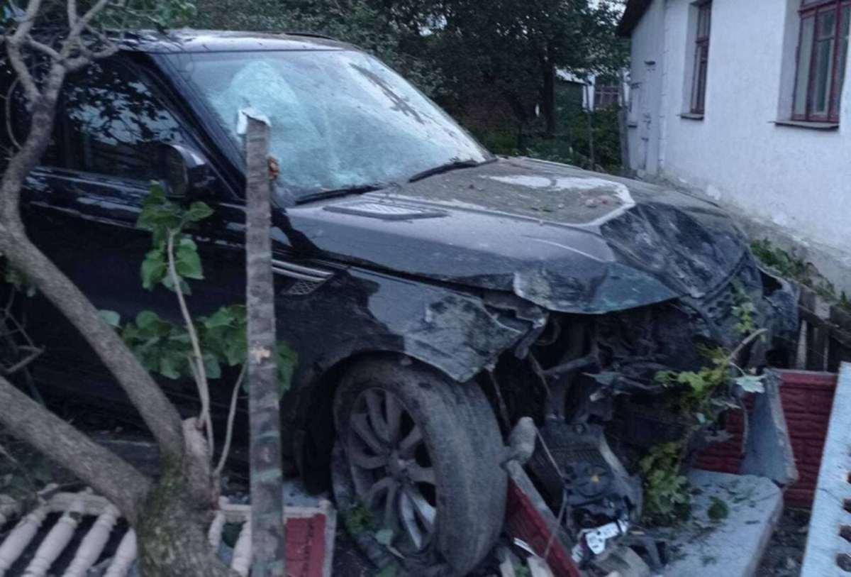 водитель Range Rover протаранил забор
