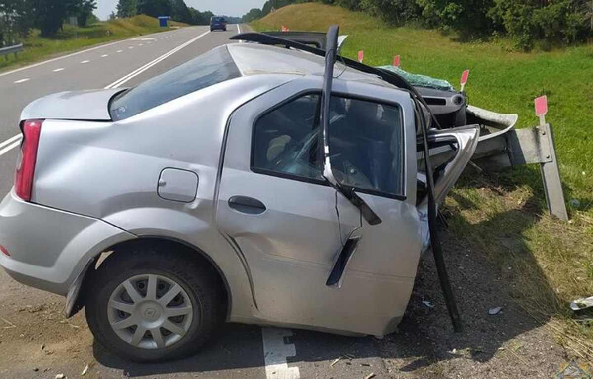 Renault врезался в ограждение