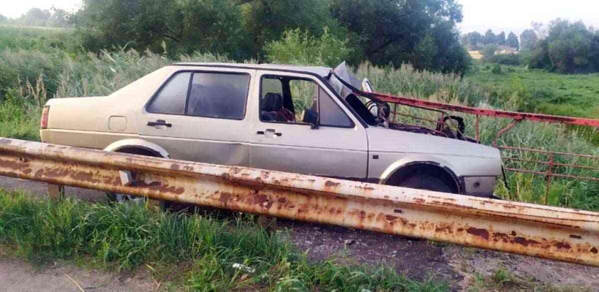 Volkswagen врезался в ограждение моста