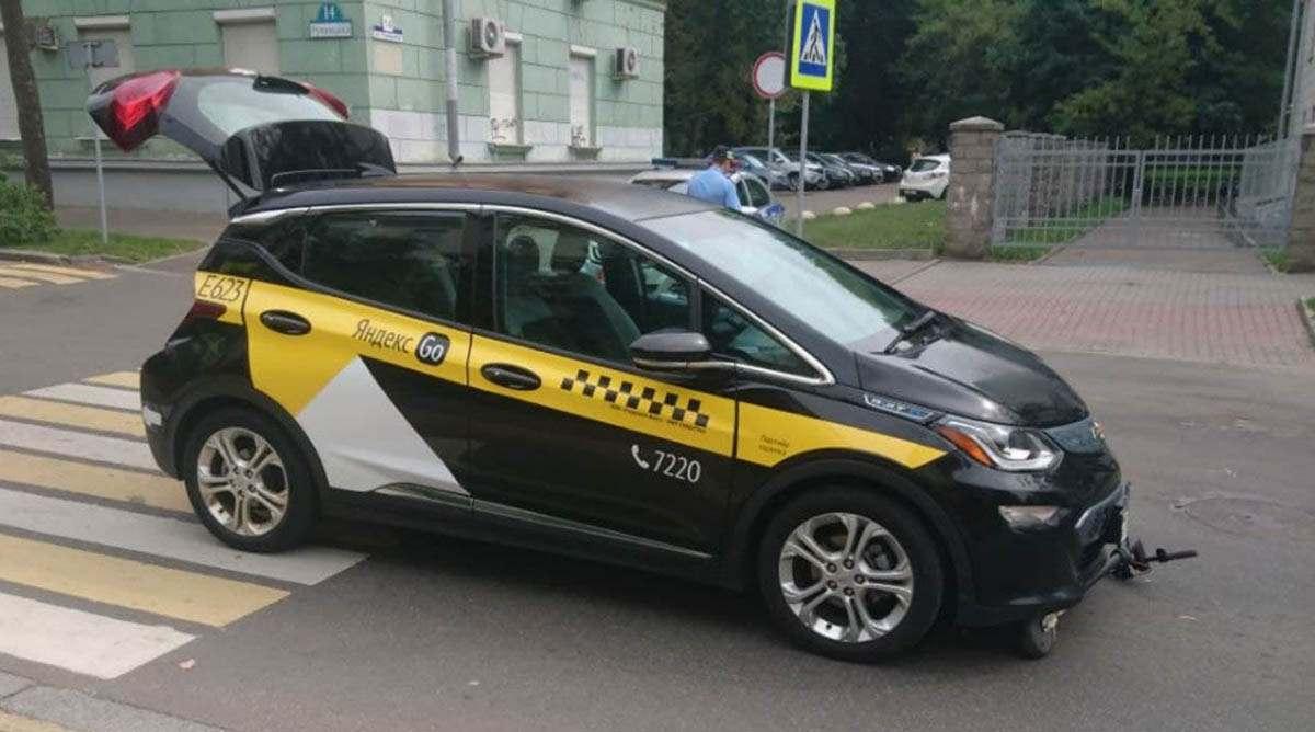 под колеса такси попала женщина на самокате