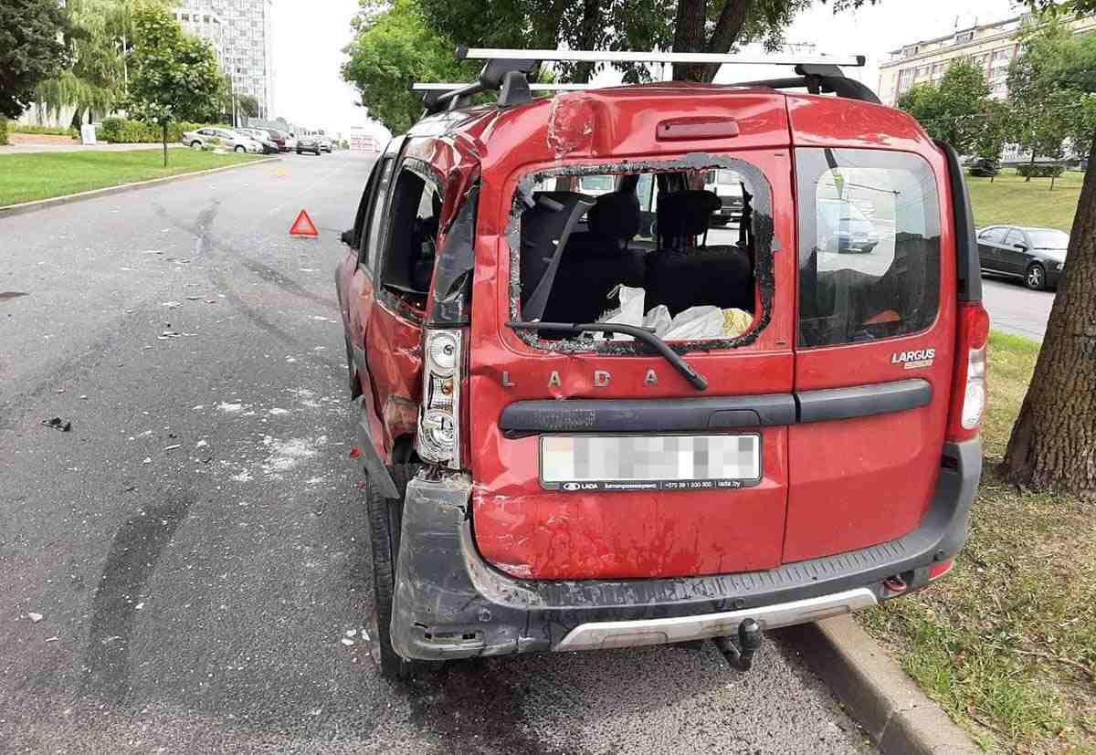 покатившийся грузовик повредил 4 автомобиля