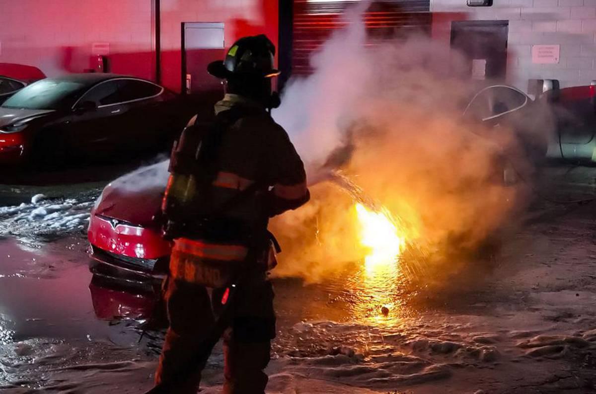 сгорела Tesla Model S