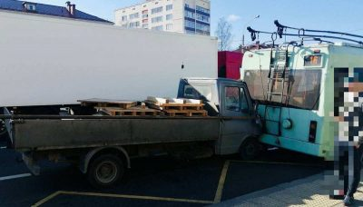 грузовик врезался в троллейбус